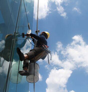 Quels sont les différents équipements pour le nettoyage de vitre en hauteur ?